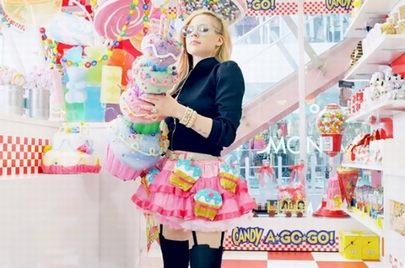 Avril Lavigne Hello Kitty 04