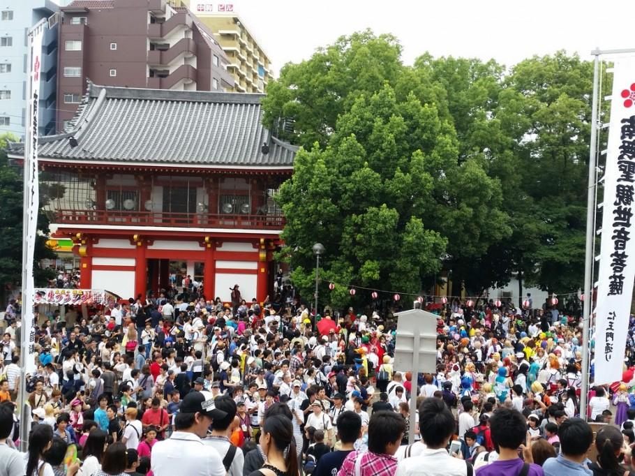 Mar de otaku esperando o parade começar